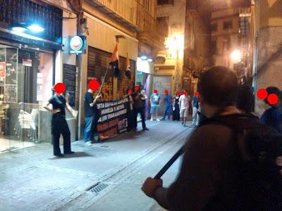 http://www.facebook.com/pages/Anarquistas/378066755607147          CNT-AIT, Valencia: ¡¡ Casa Romeo, paga lo que debes !! El Sindicato CNT-AIT de Valencia realizó el pasado sábado, 31 de agosto, una primera concentración frente al restaurante Casa Romeo, situado en la calle Trench nº14 del Barrio del Carmen en Valencia, para reclamar los salarios que le deben a un compañero afiliado. El día 23 de agosto, CNT-AIT de Valencia inició un conflicto con el restaurante Casa Romeo y el sábado 31 de agosto cerca de una quincena de militantes del Sindicato se concentraron en la puerta del local a la hora de la cena. Durante las casi dos horas que duró el acto se repartieron más de 300 octavillas entre l@s viandantes que buscaban sitio para cenar y se gritaron consignas para que el vecindario y client@s de los bares cercanos tuviesen conocimiento de lo que allí sucedía. L@s dueñ@s del establecimiento mantuvieron todo el tiempo una actitud chulesca y violenta profiriendo insultos y amenazas al compañero afectado, incluso hubo un intento de agresión que no pasó a mayores pero que dejó claro como se las gastan est@s empresari@s. Pasadas las nueve y media se vieron obligad@s a cerrar el restaurante ante la total ausencia de clientela, lo que demostró la efectividad de la acción directa practicada por la Central Sindical. CNT-AIT Valencia, que volverá a concentrarse las veces que haga falta hasta que se pague lo adeudado, quiere dar las gracias a los comercios cercanos al restaurante, a l@s vecin@s y a todas las personas que pasaron por allí y que, en su gran mayoría, mostraron su apoyo al trabajador en forma de aplausos y palabras de ánimo. ¡SI NOS TOCAN A UN@, NOS TOCAN A TOD@S!