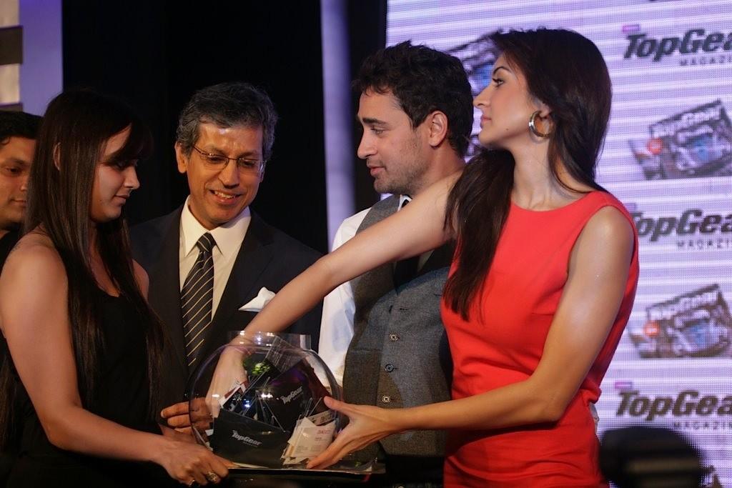 http://4.bp.blogspot.com/-kORorDJGoQM/TbvCV5AnjNI/AAAAAAAAE1U/AFiP3x94K1Q/s1600/Imran-Khan-and-Anushka-Sharma-re-launched-BBC-Top-Gear-Magazine-056.jpg