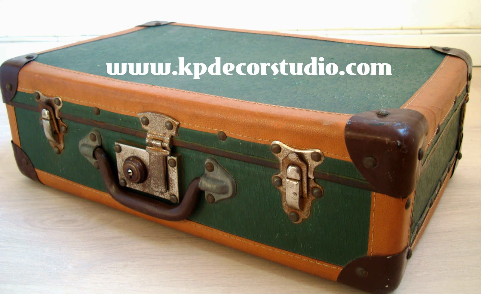 Kp tienda vintage online maleta antigua color verde a os for Maletas antiguas online