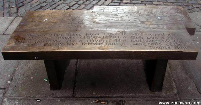 Banco grabado con el origen de Temple Bar