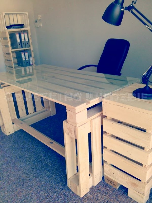 3 palets bastan para construir un escritorio para el ord - Faire un bureau en bois ...