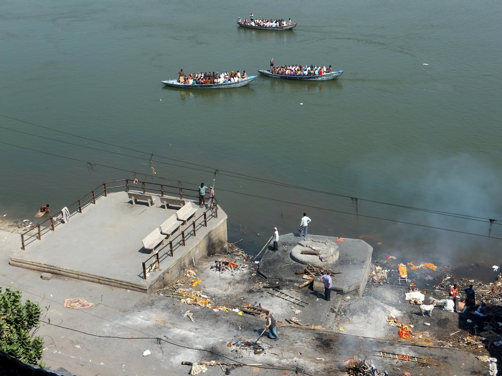 Гаты, место кремации в Варанаси на берегу Ганга