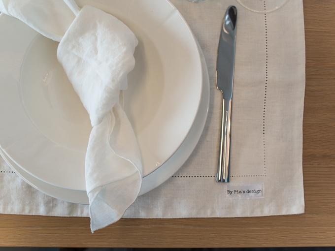 simppeli kattaus valkoinen lautasliina, yksinkertaisen tyylikäs kattaus, rento kattaus