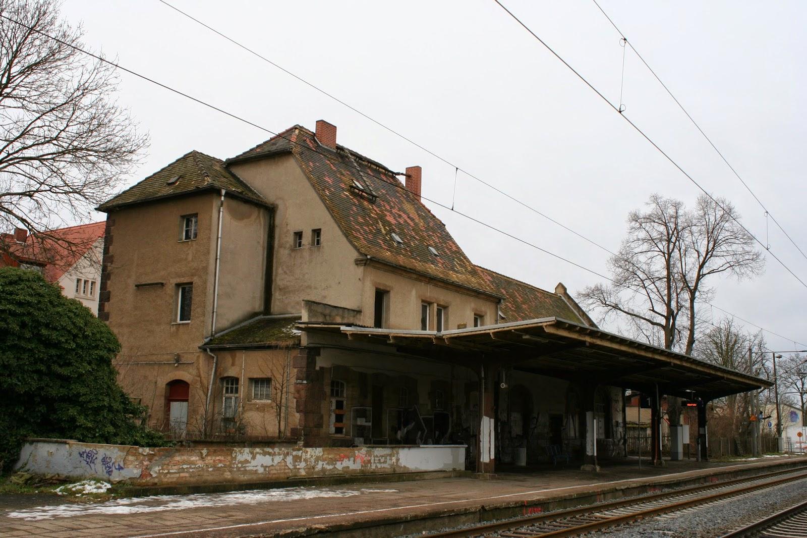 Die Wartehalle wurde gegen 1886 erbaut, das Empfangsgebäude wurde 1905 bis 1906 ergänzt