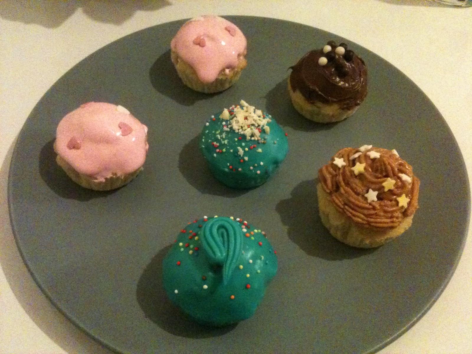 Cupcakes avec glaçage chocolat blanc coloré turquoise 2 avec