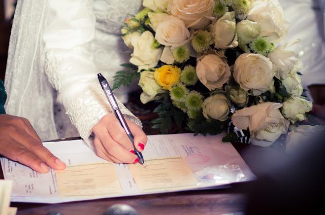penandatangan surat nikah oleh pengantin perempuan dalam prosesi adat jawa muslim