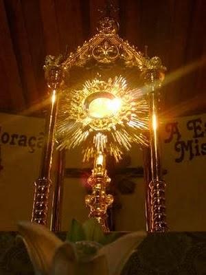 Adora a Jesús Sacramentado
