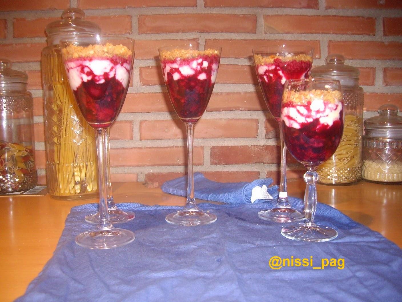 Copas de frutos rojos con queso fresco