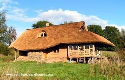 Vivienda rural de barro y paja construida con técnica tradicional