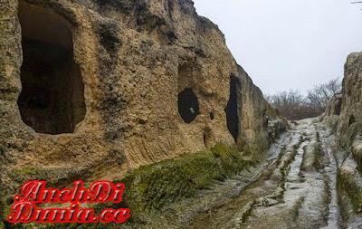 Mengintip Kota Eski Kermen Dengan Gua Uniknya