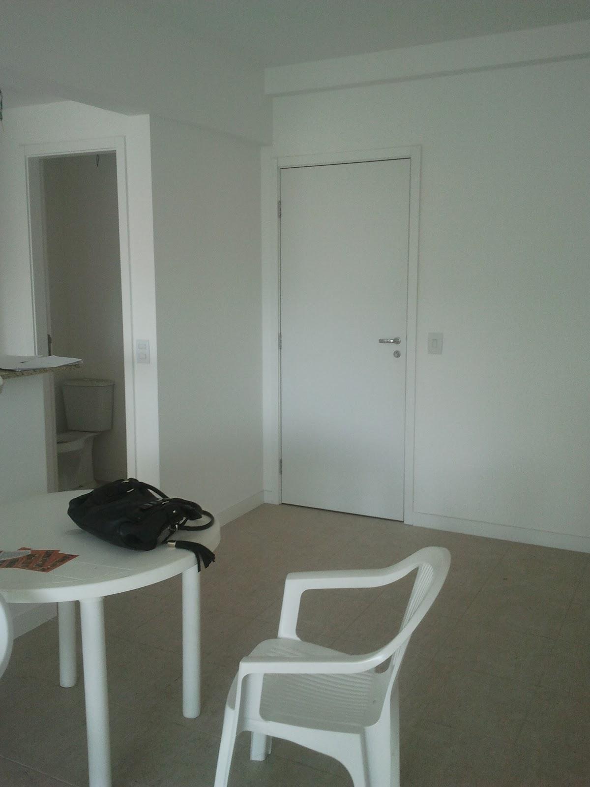 #575144 Esta é a sala de estar/jantar vamos ter que fazer mágica para  1200x1600 px projeto banheiro compacto