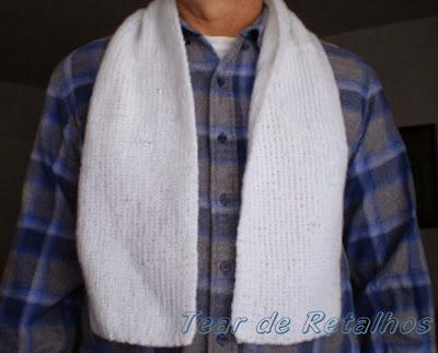 Vista de frente do cachecol branco de tricô manual no pescoço de um homem.