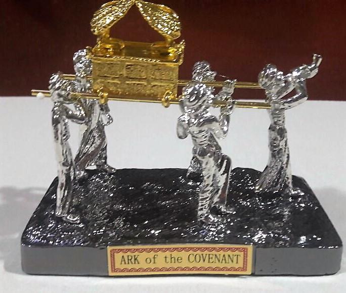 Arca dorada, paseo levitas- con baño de plata 13x11x7.5 ctms.