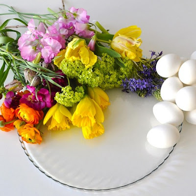 Maja Maagaard arrangerer blomster for Lisbeth Dahl