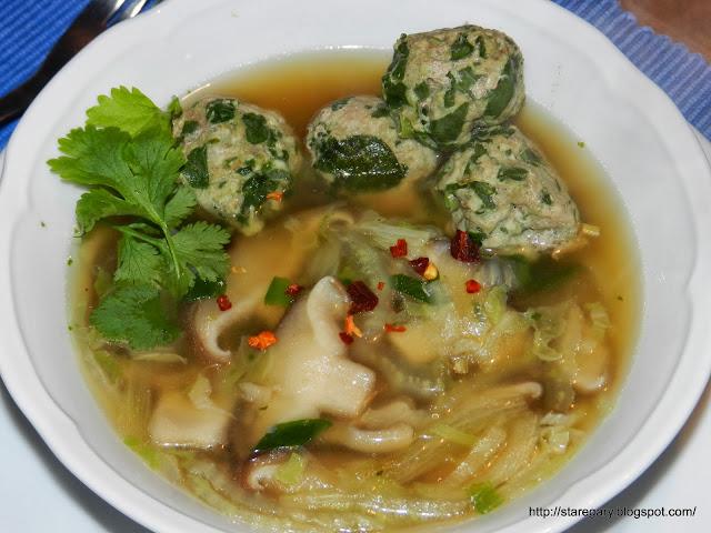 Orientalne mięsne kuleczki w bulionie z kurczaka