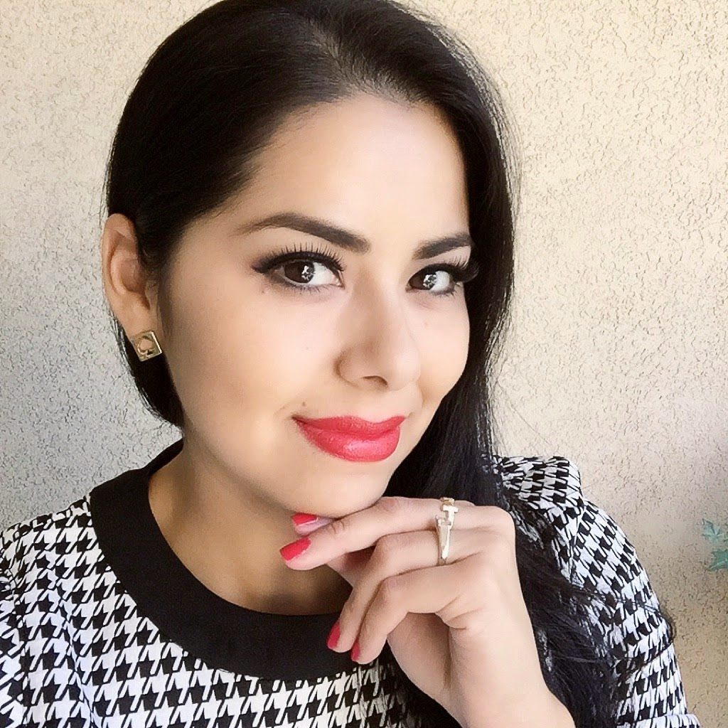 Beauty Blogger, BareMinerals Moxie Lipstick, Red Lip and red nails, blogger of beauty, belleza latina