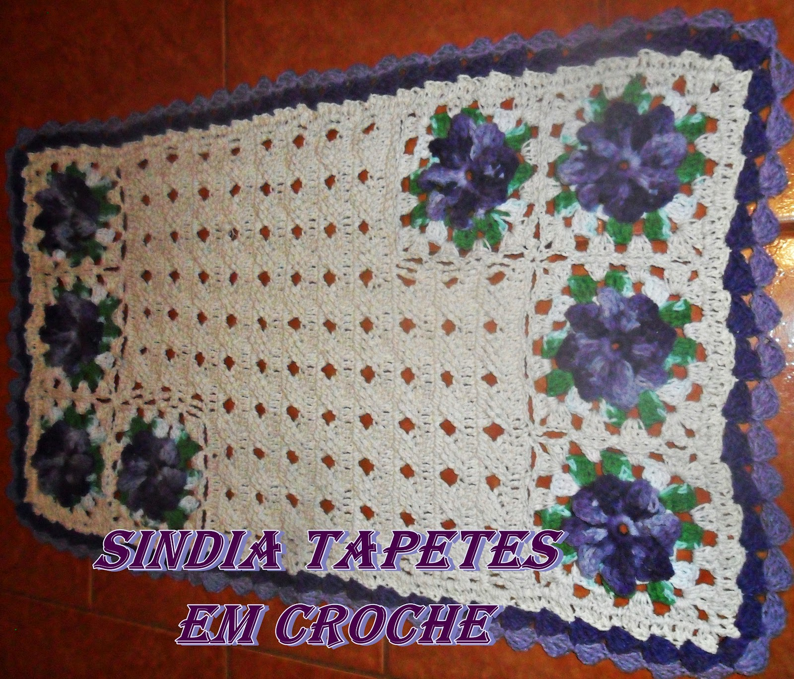tapete trançado com cru e flores barbante barroco mesclado de roxo e