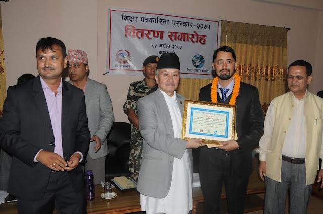 मध्यमाञ्चल क्षेत्रिय पुरस्कारबाट सम्मानित हुदै रामेश्वर कार्की