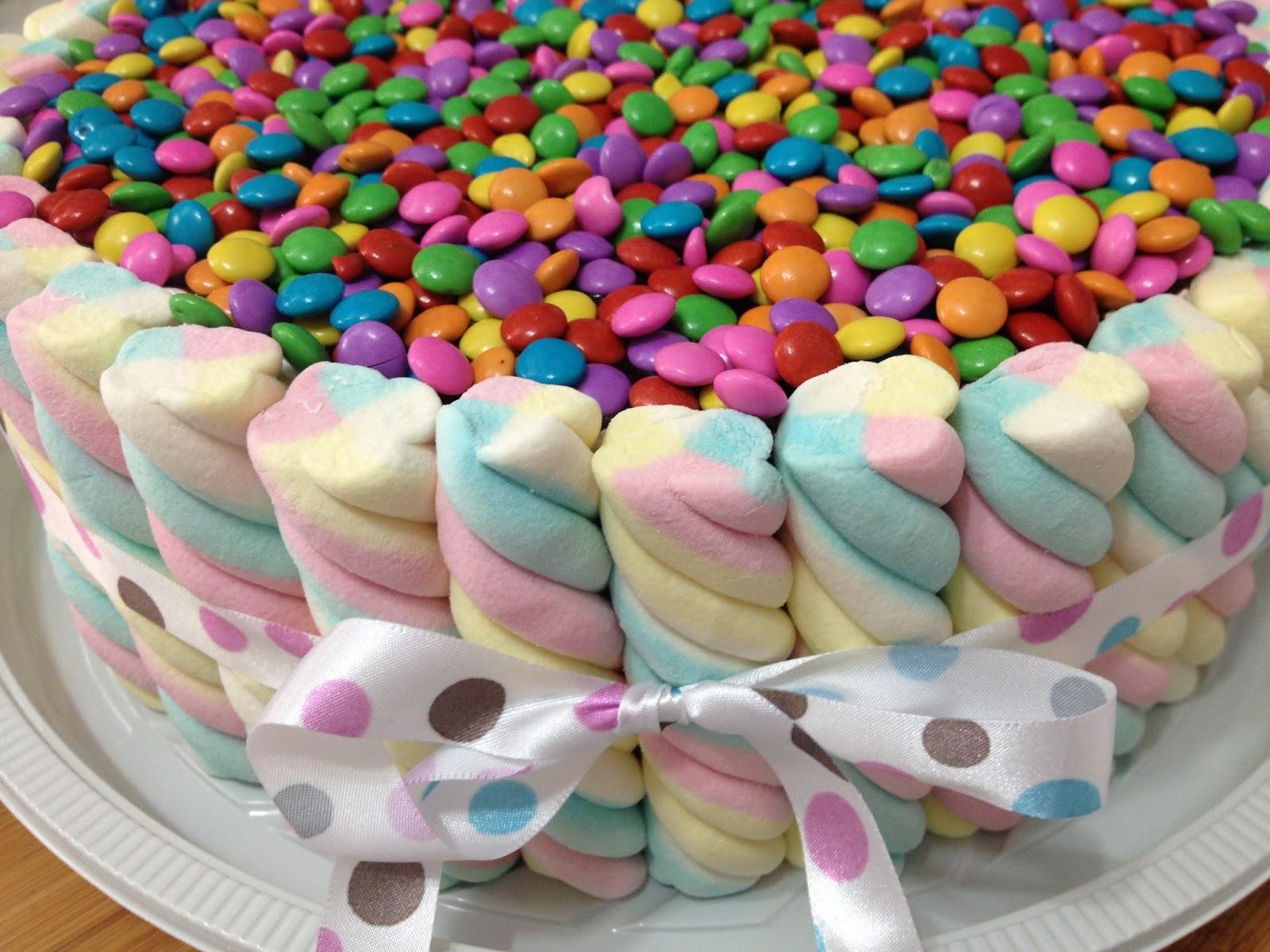 Bolo marshmallow com mini confeti bolos p o de mel dafne for O rapaz a porta