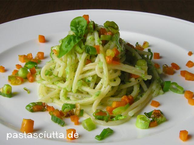 pastasciutta pasta 45 spaghetti in brokkolipesto mit gem sekonfetti. Black Bedroom Furniture Sets. Home Design Ideas