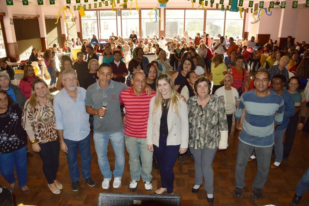 Ao centro, Alessandra Rosa, acompanhada por Graça Granito (Desenvolvimento Social), José Maria Rodrigues (Governo), Alexandre da Trindade (Esportes e Lazer) e dos professores Marcelo 'Gancho' Quintanilha e Luis Lisardo