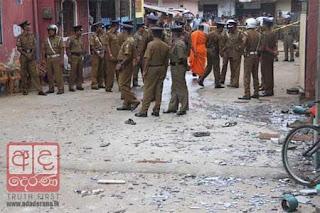Polisi Sri Lanka di dekat Masjid Grandpass yang dihancurkan