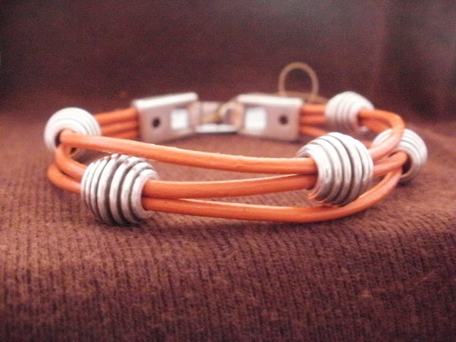 pulseras y collares artesania en cuero. www.pulserasycollares.es