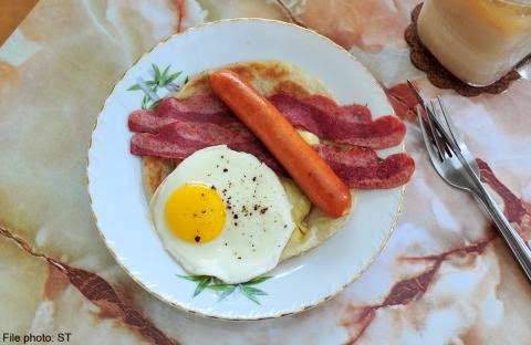 Big breakfasts and small dinners might be a healthier way to eat for people with type 2 diabetes, according to a small new study.