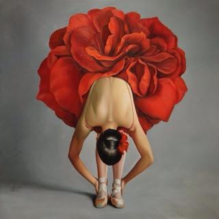 Ballerina inchinata con gonnellina a forma di rosa