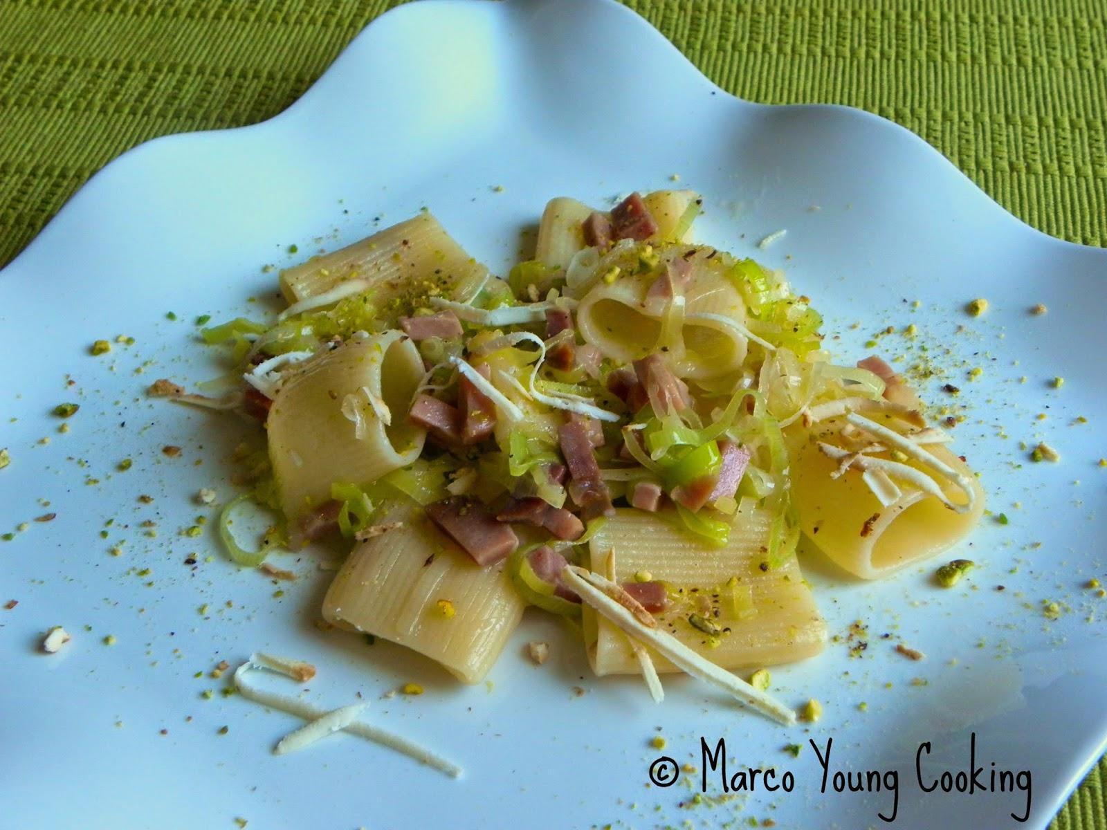 ricetta paccheri con porri prosciutto crudo e granella di pistacchio
