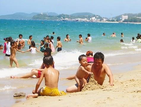 Mùa hè, cho bé (trẻ) đi biển cần chuẩn bị gì?