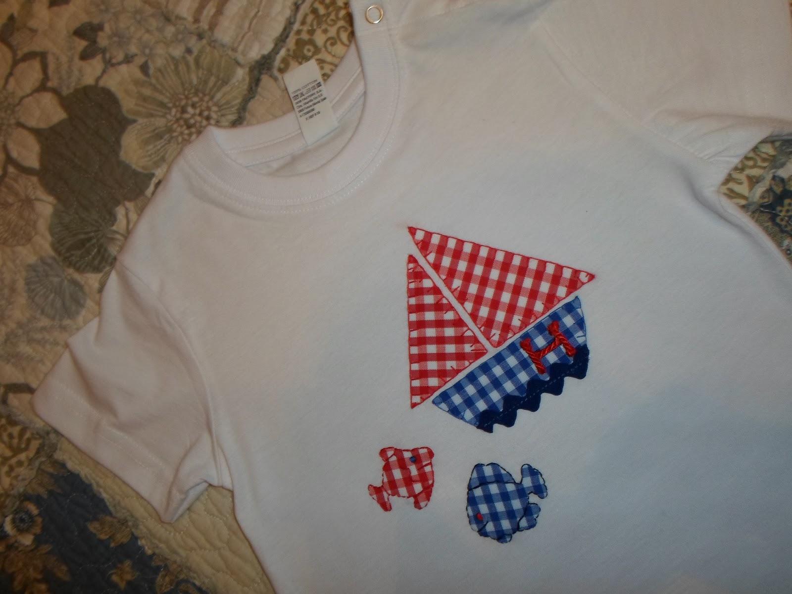 camiseta niño marinera con detalle de barco con inicial y peces