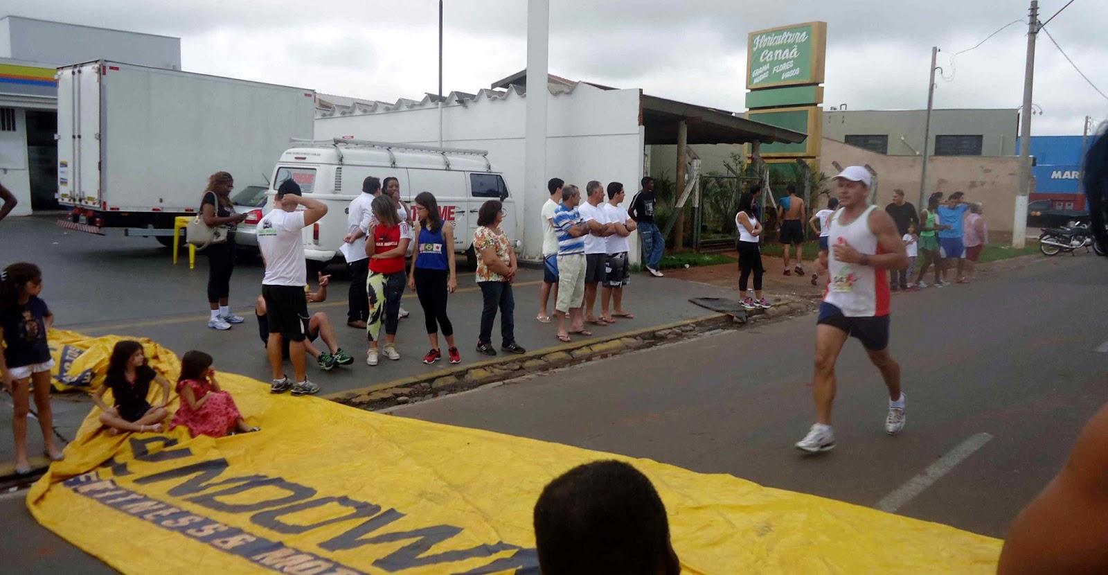 Foto 189 da 1ª Corrida Av. dos Coqueiros em Barretos-SP 14/04/2013 – Atletas cruzando a linha de chegada