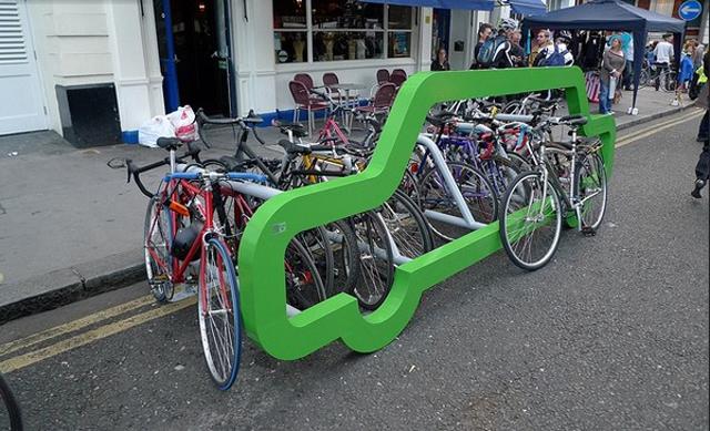 Rack em forma de carro promove o uso de bicicletas