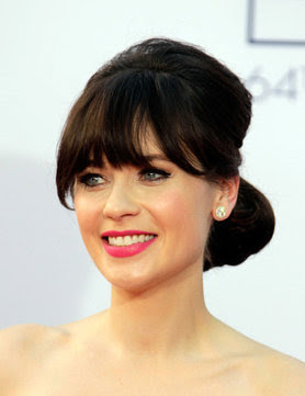 New Girl, Zooey Deschanel's hair on the red carpet. A side bun and peek-a-boo fringe