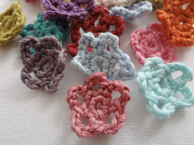 free crochet mini flower pattern
