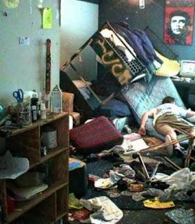 smešna slika: haotična soba pijanca