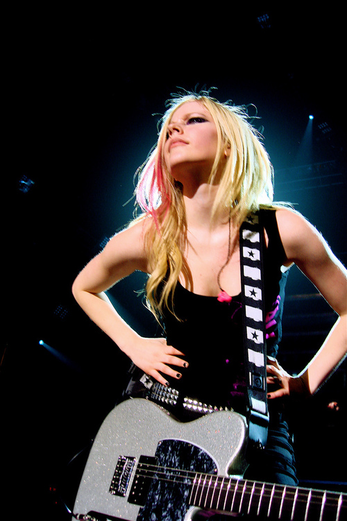 avril with guitar