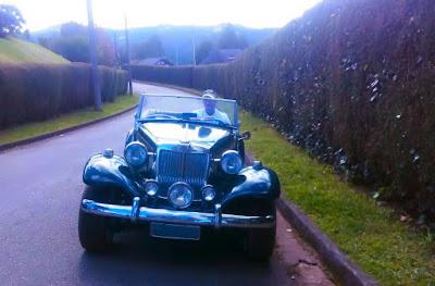 Lindo cenário, digno de um carro projetado para ser guiado com glamour.
