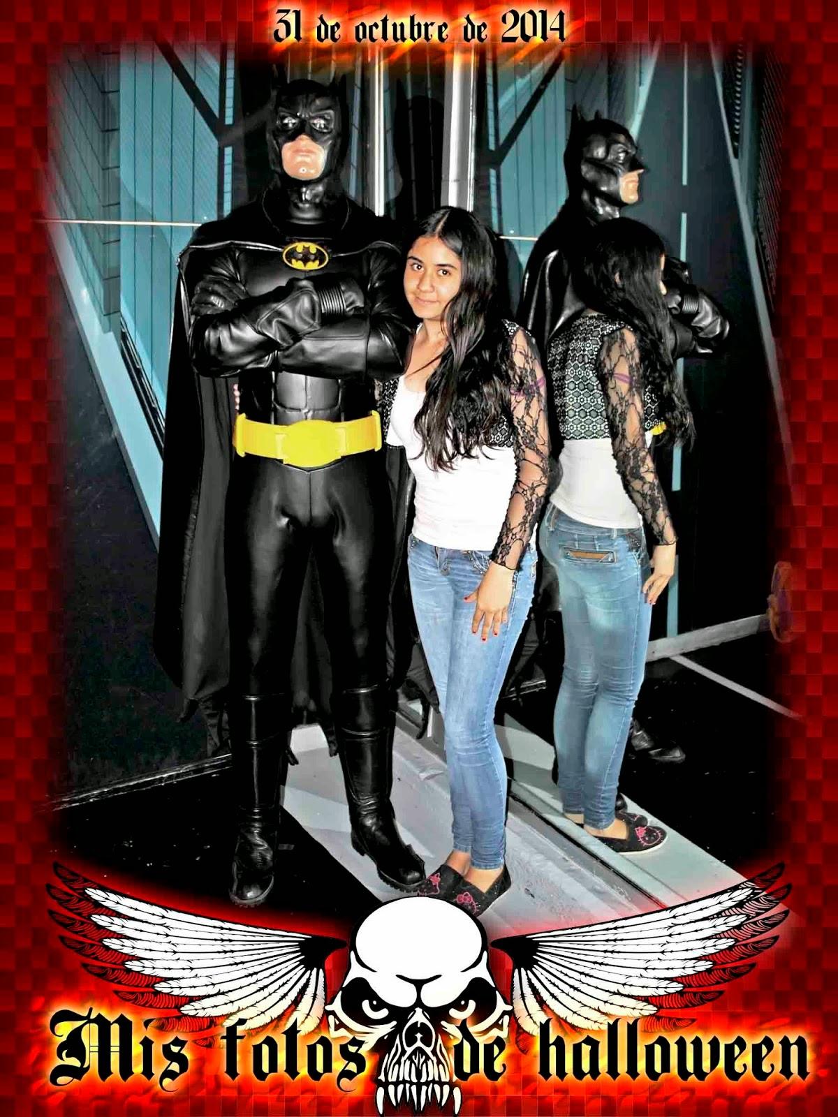 Batman en el museo de sera con marco para fotos de halloween