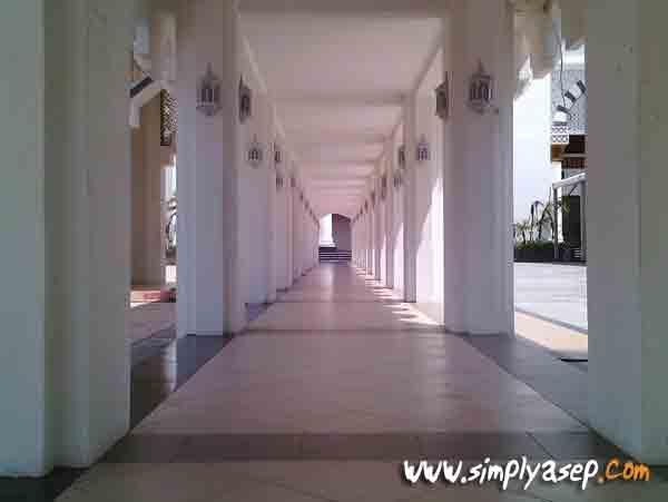 LORONG :  Dalam tunnel (lorong) di salah satu sisi Masjid Mujahidin yang biasa digunakan jamaah untuk berjalan menuju masjid utama. Foto Asep Haryono