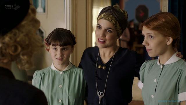 Sira Quiroga blusa azul y falda con turbante. El tiempo entre costuras. Capítulo 6