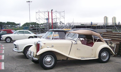 Um MG TD aguarda o momento de acessar a pista de Interlagos. A reunião de carros antigos foi bem democrática e sem distinção de marcas.