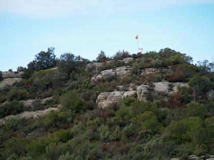 El cim del Puigsoler amb la senyera des del cantó de llevant