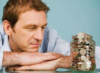 10 نصائح للتعامل مع الزوج البخيل , رجل زوج بخيل البخل الحرص كنز الاموال الفلوس المصارى - مال - man looking at money jar