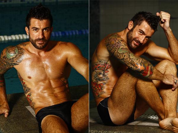à beira da piscina, Cristiano Naya posa de sunga e e mostra o corpo sarado. Foto: Divulgação