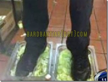 gambar pekerja burger king pijak salad, pekerja burger king kurang ajar, pekerja burger king, gambar kurag ajar