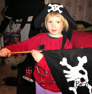 sjörövare med sjörövarflagga