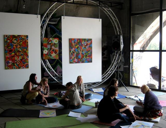 Участницы фестиваля в процессе пробуждения интуиции