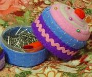 http://www.manualidadesplus.com/2011/01/alfiletero-de-cupcakes.html